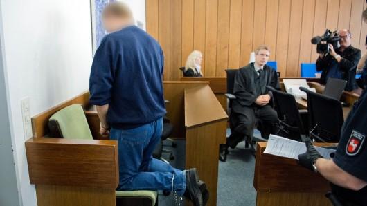 Der Angeklagte Jörg N. kniet am 28.September 2016 zur Abnahme seiner Fußfesseln beim Prozessauftakt in einem Gerichtssaal im Landgericht in Verden (Archivbild).