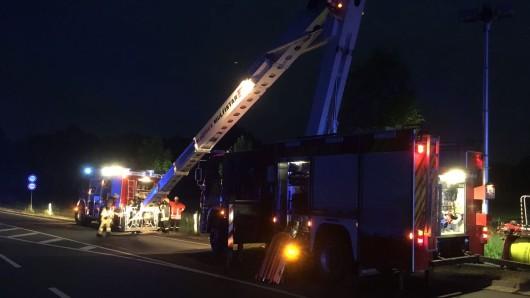 Die Feuerwehr reinigt die Straße von den Trümmerteilen.