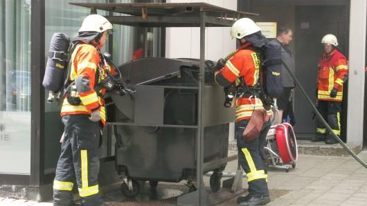 Die Feuerwehr löscht einen brennenden Müllcontainer (Symbolbild).