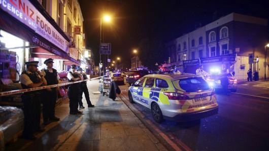 Polizisten stehen am 19.Juni 2017 in London, Großbritannien, im Stadtteil Finsbury Park Wache. Im Londoner Stadtteil Finsbury Park hat es nach Polizeiangaben einen schweren Zwischenfall mit mehreren Opfern gegeben.