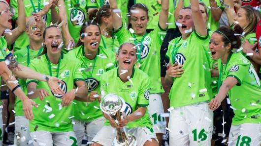 Die VfL-Frauen feiern den Gewinn des DFB-Pokals (Archivbild).