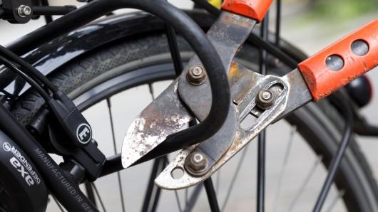 Ein Fahrradschloss wird geknackt (Symbolbild)
