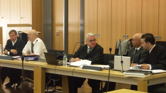 Die Angeklagten Doktor Christian S. (Zweiter v.l.) und Ingolf W. (Zweiter v.r.). mit ihren Verteidigern vor dem Landgericht Braunschweig.