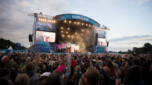 Fans feiern am 20. Juni 2015 beim Hurricane Festival in Scheeßel während des Auftritts von Cro vor der Bühne. Für den ersten Veranstaltungstag im Jahr 2017 hat es eine Unwetterwarnung gegeben. (Archivbild)