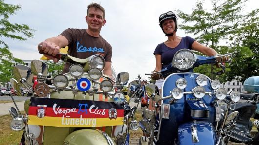 Englische Vespa-Roller mit vielen Scheinwerfern und Spiegeln werden am 22. Juni in Celle auf dem Veranstaltungsgelände des Vespa-Treffs von einem Ehepaar aus Lüneburg vorgefahren.