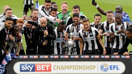 Die Mannschaft von Newcastle United feiert den Aufstieg in die Premier League (Archivbild).