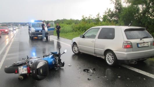 Bei Kästorf kam es zu einem Unfall mit einem Motorrad und einem Pkw.