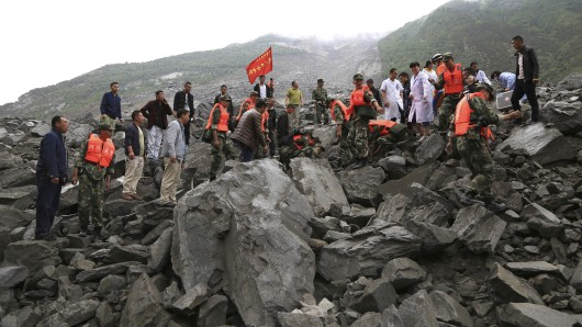 Das Foto, herausgegeben von der chinesischen Nachrichtenagentur Xinhua, zeigt Rettungskräfte, die am Ort des Erdrutsches in dem Dorf Xinmo im Kreis Mao in der südwestchinesischen Provinz Sichuan.