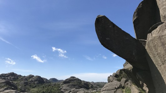 Der Trollphallus (Trollpikken), eine charakteristische Felsnase, ragt in Kjervall am Egersund (Norwegen) in den Himmel.