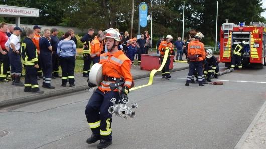 Die Teilnehmer mussten für die Bekämpfung des fiktiven Brandes eine Schlauchstrecke auslegen.