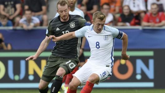 Maximilian Arnold(Deutschland, l) und James Ward-Prowse (England) in Aktion.