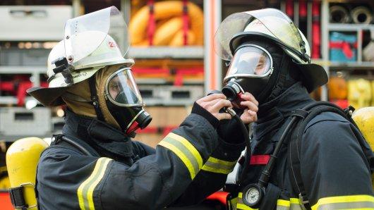 Unter Atemschutz und mit zwei Messgeräten erkundeten die Einsatzkräfte der Feuerwehr das Paketzentrum in Helmstedt. (Symbolbild)