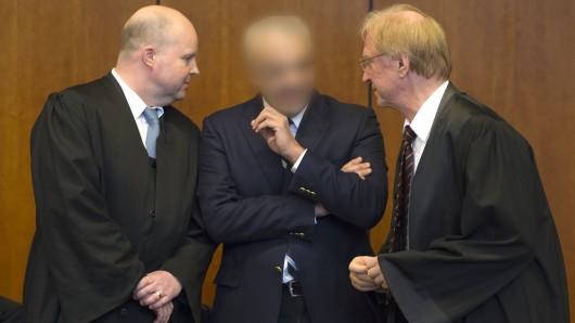 angeklagte Arzt Aiman O. (M) mit seinen Verteidigern Steffen Stern (r) und Jürgen Hoppe