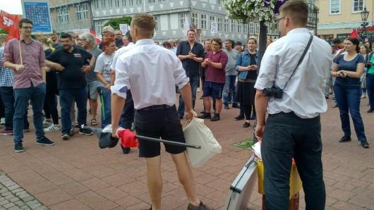 In Wolfenbüttel sahen sich am Donnerstagmittag die NPD-Aktivisten einer deutlichen Mehrheit von Gegendemonstranten gegenüber.