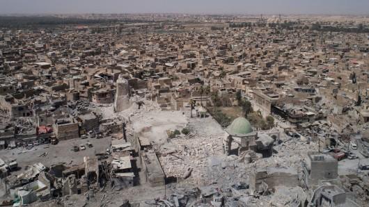 Ein am Mittwoch aufgenommenes Luftbild zeigt die zerstörte Große Moschee inmitten der früheren Millionenstadt Mossul.