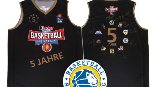 news38.de verlost dieses Trikot der kinder + Sport Basketball-Academy mit den Logos aller teilnehmenden Clubs und Autogrammen der jeweiligen Heros. Für die Basketball Löwen hat Constantin Ebert unterschrieben.