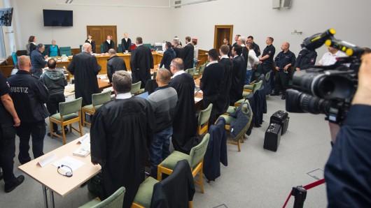 Di.e neun Angeklagten mit ihren Verteidigern im Großen Saal des Landgerichts Lüneburg.