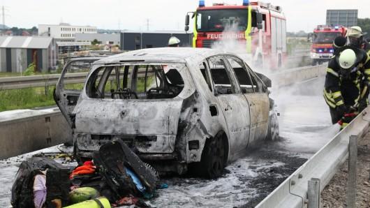 Völlig ausgebrannt ist dieser Minivan auf der A39 zwischen Watenstedt und Lebenstedt-Nord.