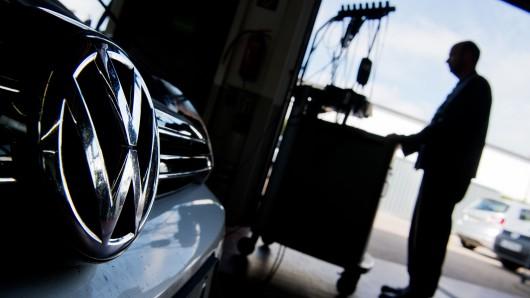 Ein Kfz-Meister lädt im Rahmen der Rückrufaktion zum Abgasskandal ein Software-Update auf einen Volkswagen Golf mit einem 2,0-Liter-Dieselmotor in einer Volkswagen-Werkstatt in der Region Hannover (Symbolbild).