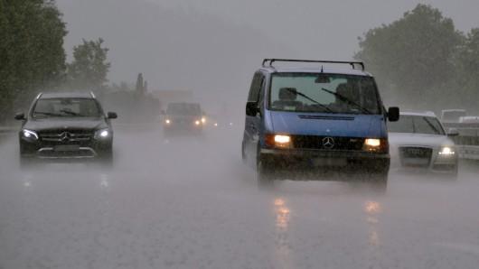 Heftiger Regen hat auf der A14 südlich von Magdeburg zu einem schweren Unfall geführt (Symbolbild).