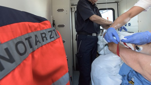 Der verletzte Senior musste wegen starker Schmerzen im Bein ins Krankenhaus gebracht werden (Symbolbild).