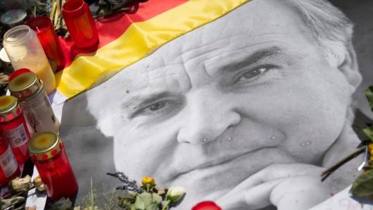 Vor seinem Haus in Ludwigshafen-Oggersheim hatten Passanten Kerzen aufgestellt und Blumen niedergelegt, um ihre Trauer um den am 16. Juni gestorbenen Altkanzler auszudrücken.