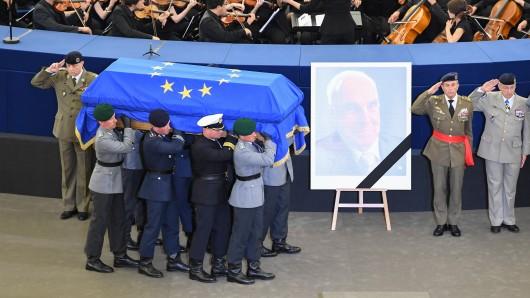 Eine Ehrenformation der Bundeswehr trägt den Sarg mit dem Leichnam Helmut Kohls ins EU-Parlament in Straßburg.