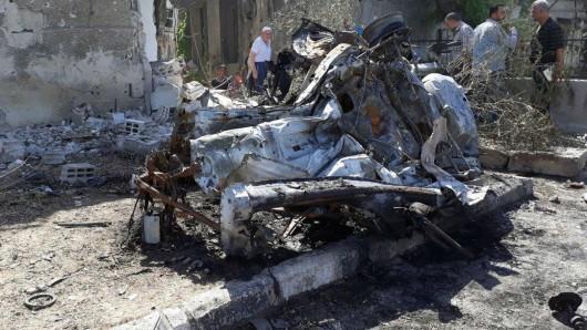 Das von der Autobombe zerfetzte Auto; mindestens 21 Menschen sind bei dem Selbstmordattentat ums Leben gekommen.