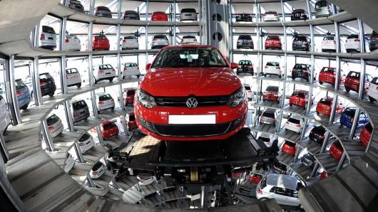 Ein VW in einem Turm der Autostadt (Archivbild).