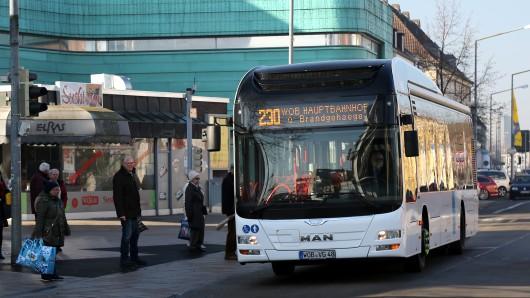 Ein Wolfsburger Busfahrer wurde von einem wütenden Fahrgast mit einem Messer bedroht. (Symbolbild)