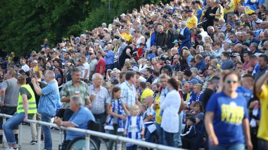 Rappelvolles Stadion in Schöningen: Das Vorbereitungsspiel zwischen Eintracht Braunschweig und dem 1. FC Magdeburg zieht Tausende Fußballfans an.