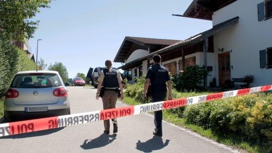 Polizei hat das Anwesen der Familie in Vogtareuth (Landkreis Rosenheim) abgesperrt.
