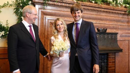 Ernst August von Hannover und seine Frau, die Modedesignerin Ekaterina Malysheva, gemeinsam mit dem Hannoveraner Oberbürgermeister Stefan Schostock (SPD, l.). Unmittelbar vor dieser Szene hatte das Paar standesamtlich geheiratet.