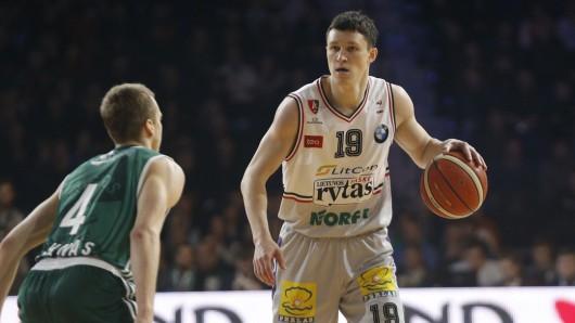 Zygimantas Janavicius (r.) ist der neue Spielmacher der Basketball Löwen.