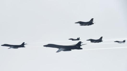 Zusammen mit südkoreanischen Kampfjets fliegen US-Überschallmaschinen eine Militärübung in der Konfliktregion.