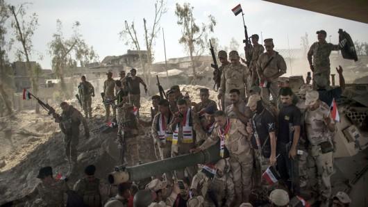 Irakische Soldaten feiern am 9. Juli in der Altstadt von Mossul (Irak) einen Sieg. In der ehemaligen IS-Hochburg Mossul steht die irakische Armee offensichtlich kurz vor der Eroberung der kompletten Stadt.