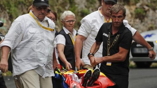 Richie Porte aus Australien vom BMC Racing Team liegt nach einem Sturz verletzt auf einer Trage und wird medizinisch behandelt.