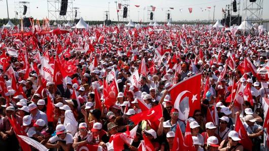 Unterstützer des türkischen Oppositionsführers Kemal Kilicdaroglu kommen in Istanbul (Türkei) zur Abschlusskundgebung des Gerechtigkeitsmarsches zusammen.