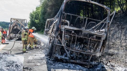 Als die Einsatzkräfte am Unglücksort eintrafen, stand der Bus schon lichterloh in Flammen - 18 Menschen starben.