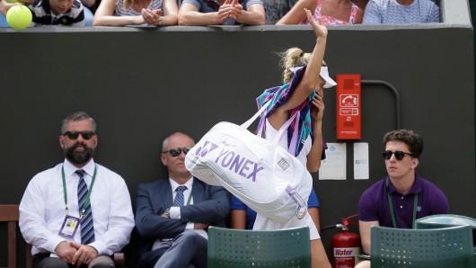 Angelique Kerber verlässt nach ihrer Niederlage den Platz.