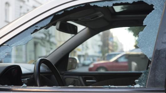 Gleiches Schema: Bei allen Autos schlug der Dieb die Seitenscheibe ein und bediente sich. (Symbolbild)