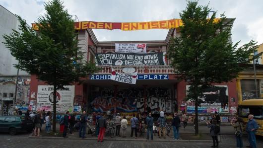 Menschen stehen am 11. Juli in Hamburg vor der roten Flora. Nach den Ausschreitungen rund um den G20-Gipfel im Schanzenviertel werden Forderungen aus der Politik und vieler Hamburger Bürger nach einem Ende der Roten Flora lauter.