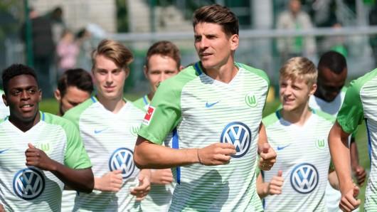 Mario Gomez (M) beim Trainingsauftakt auf dem Trainingsgelände der Volkswagen-Arena in Wolfsburg.