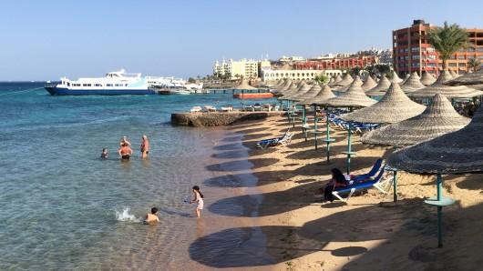Am Strand von Hurghada - eigentlich ein Urlaubsparadies - sind bei einer Messerattacke vermutlich zwei Frauen getötet worden (Archivbild).
