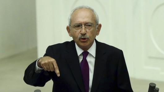Der Vorsitzende der türkischen Oppositionspartei CHP, Kemal Kilicdaroglu spricht am 15. Juli in Ankara (Türkei) an einer Sondersitzung des türkischen Parlaments anlässlich des gescheiterten Putschversuchs vor einem Jahr.
