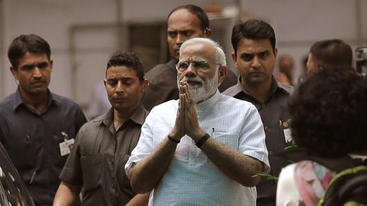 Der indische Premierminister Narendra Modi begrüßt die Medienvertreter am 19 Juni in Neu Delhi (Indien). Indiens Regierungspartei BJP hat einen Angehörigen der niedrigen Dalit-Kaste als Staatspräsidenten nominiert.