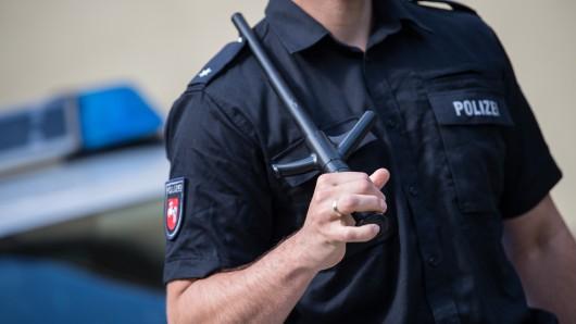 Ein Polizist hält am 17. Juli 2017 in der Zentralen Polizeidirektion Niedersachsen (ZPD) in Hannover einen neuen Schlagstock fest, der beim Herausziehen aus der Halterung ausfährt und sofort einsatzbereit ist.