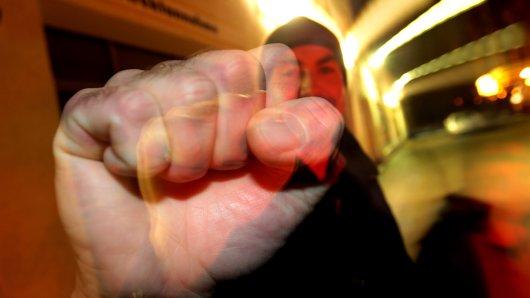 Der Angreifer würgte den 21-Jährigen nicht nur, sondern schlug ihm auch ins Gesicht. (Symbolfoto)