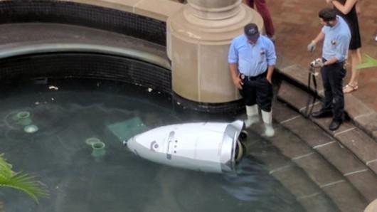 Dem Sicherheitsroboter landete in einem Brunnen und ertrank.