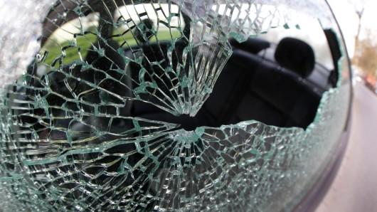 Die Unbekannten schlugen die Fenster der Autos ein. (Symbolbild)